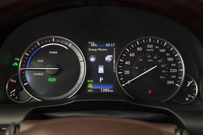 2016_Lexus_ES300h-25
