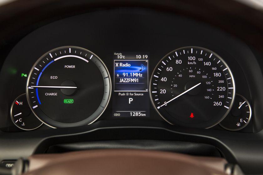 2016_Lexus_ES300h-27