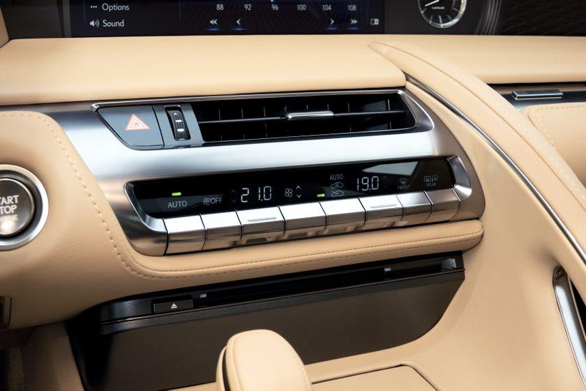 2017_Lexus_LC500_DarkGrey_InteriorDet_2