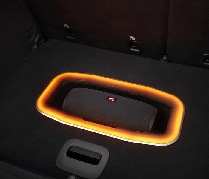 VOYAGER Next_TRUNK_SUB_WOOFER_LIGHT_ON