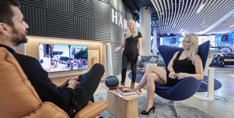 HARMAN Experience Store Peopel 2