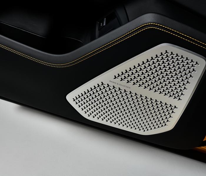Lamborghini Urus_yellow_detail_woofer_BeO