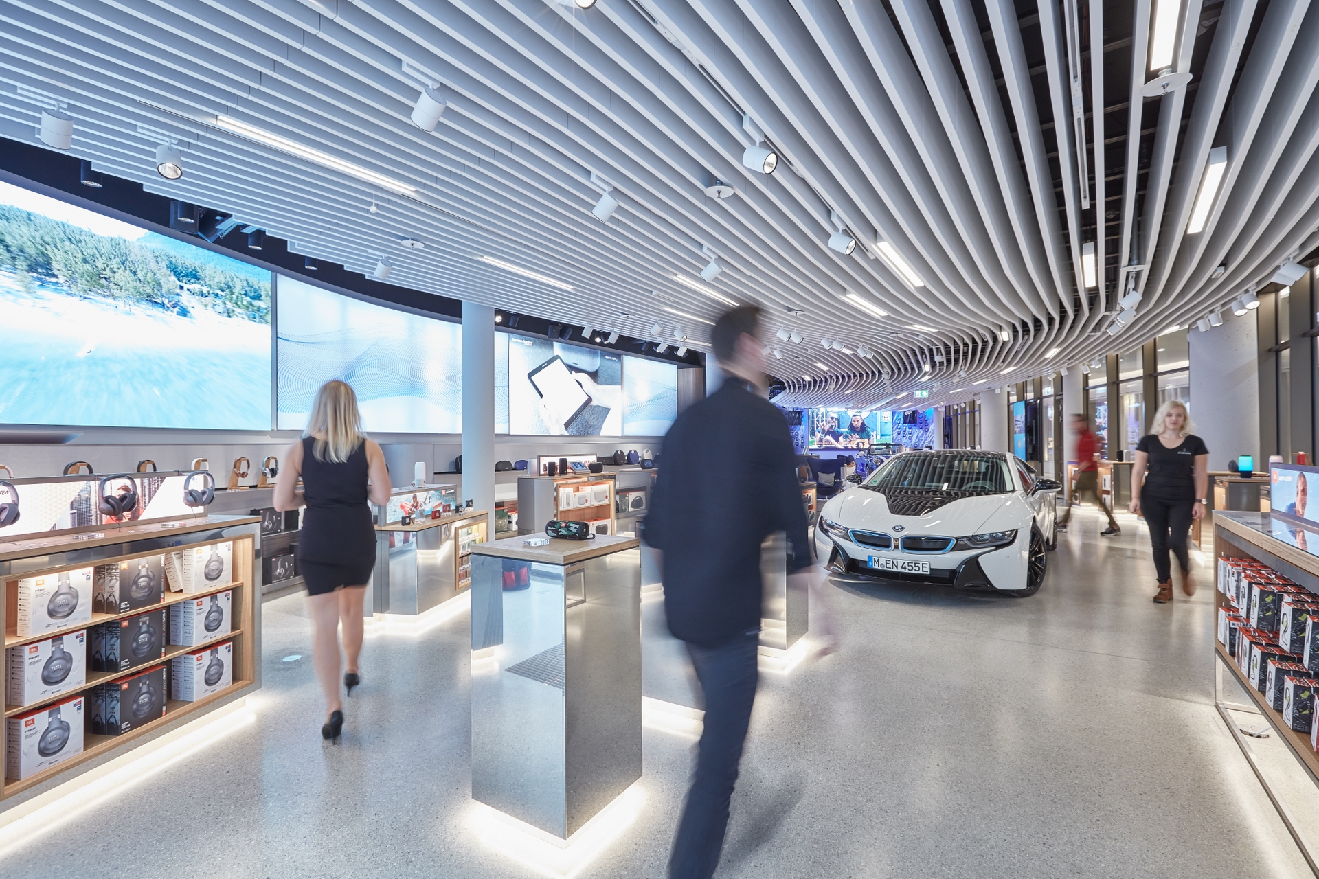 HARMAN Store_BMW i8_people blurred_3277