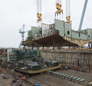 950-Ton Structure Lifted Into Dry Dock