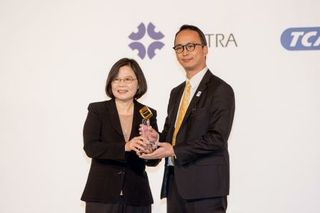 Taiwan President Tsai Ing-wen hands Computex Best Choice award to NVIDIA's Tom Lin for the NVIDIA Tesla M40 GPU.