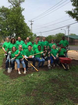 Associated Bank Twin Cities colleagues volunteer at Keystone Community Services