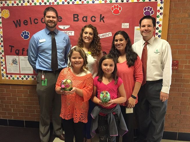 Associated Bank teams up to teach financial literacy and host piggy bank contest for children at Taft Elementary School