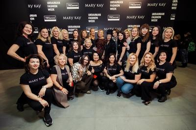 Martelle, artista de maquillaje de Mary Kay Ucrania y el diseñador de moda Volodymyr Demchynkskyi, de Dastish Fantastish, con los expertos de belleza de Mary Kay