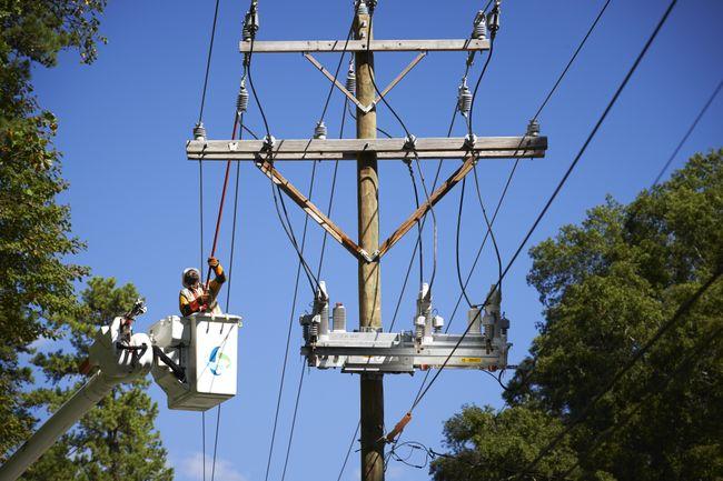 Duke-Energy-Lineman-At-Work02