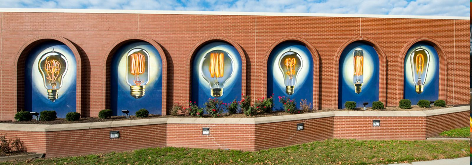 Giant lightbulbs help beautify Cincinnati