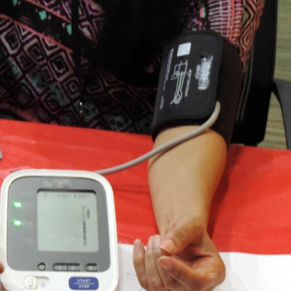 blood+pressure+check+-+woman