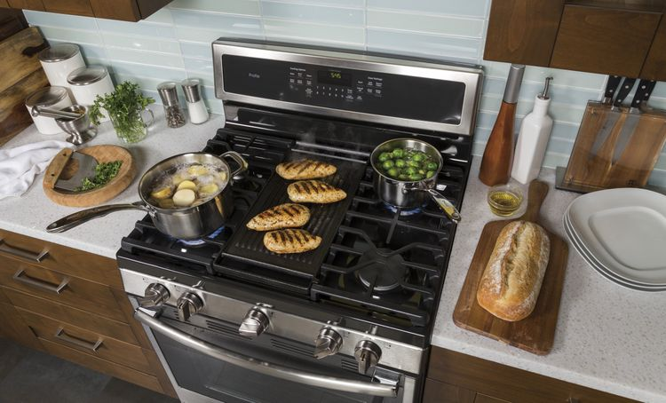 Edge-to-Edge Gas Cooktop with Extra-Large Integrated Reversible Cast Iron Griddle and Grill