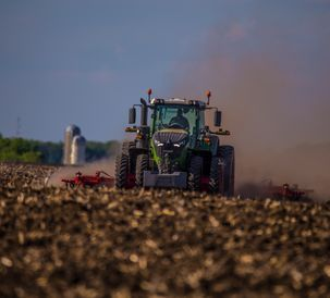 Fendt_1042_with_Sunflower_6630_Tillage