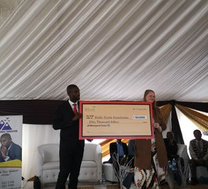 Dr. Bahle Zondo receiving  50000 US towards further community developm...