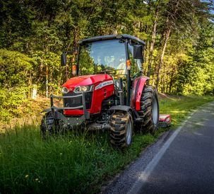 AGCO-NA-MF-2860M-cab-mowing-roadside-082020-668A4086