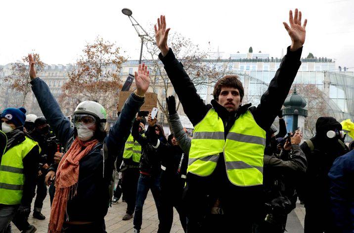 protestors-wearing-yellow-vests-gilets-e85f-diaporama