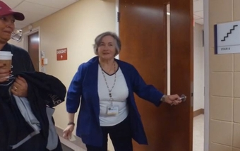 How a hospital volunteer helps others … and gets her steps in