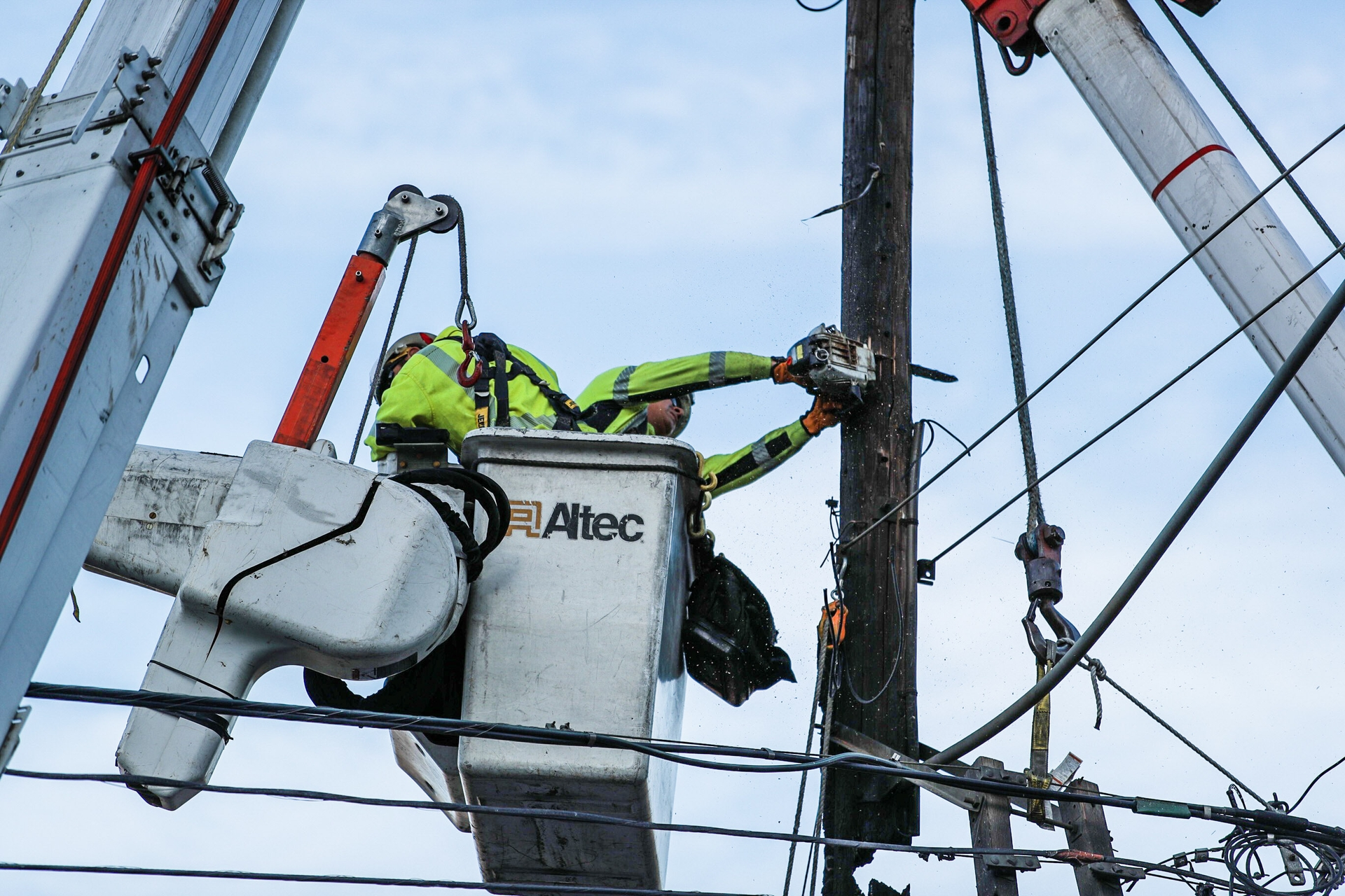 SCE crews make repairs in Malibu