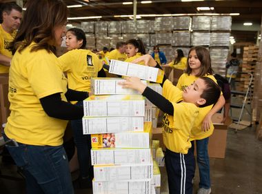 SCE Employees Celebrate the Holidays by Giving Back
