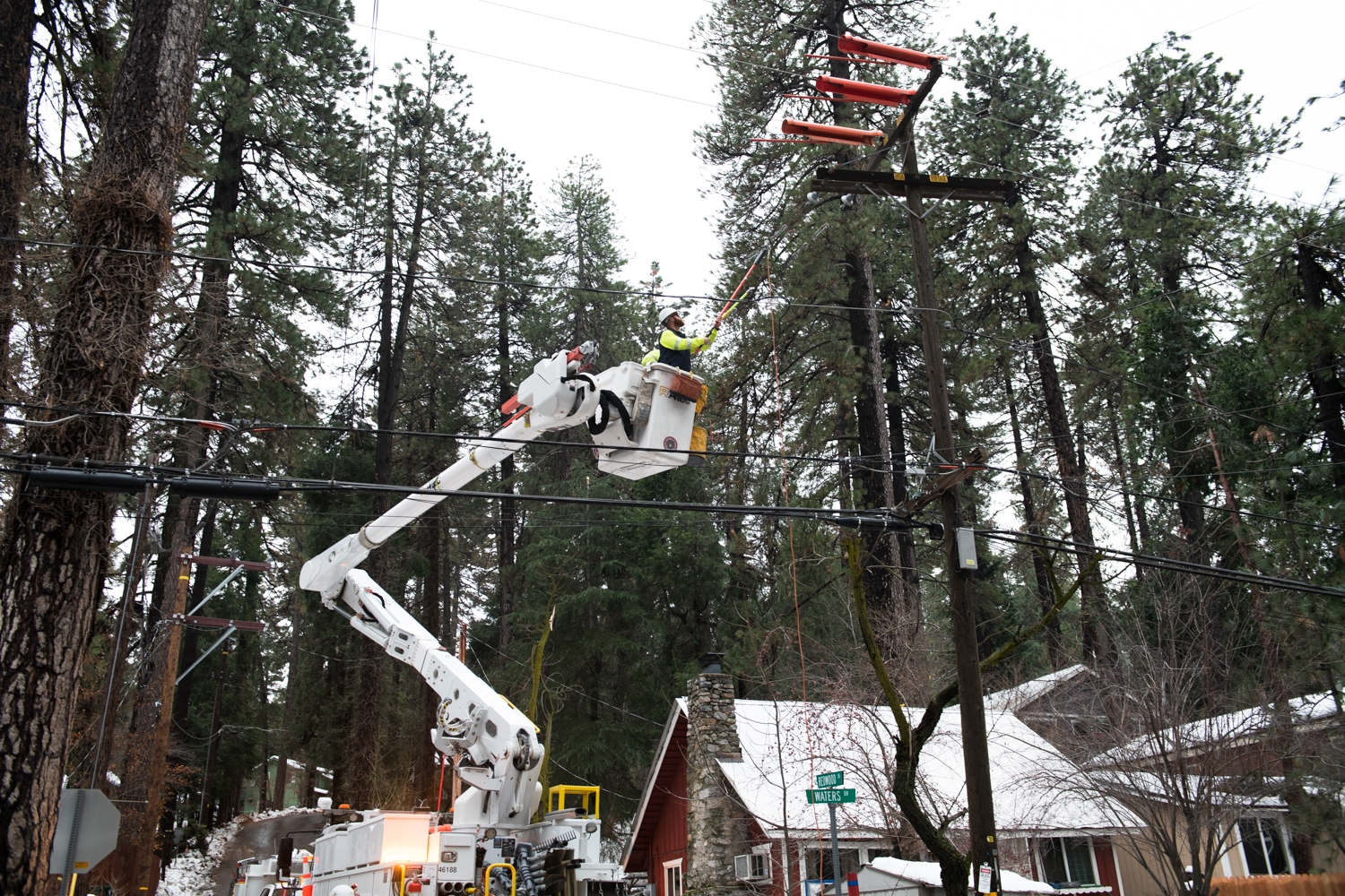 SCE crews worked throughout the mountain communities around Lake Arrowhead to restore power after the Thanksgiving snowstorm.