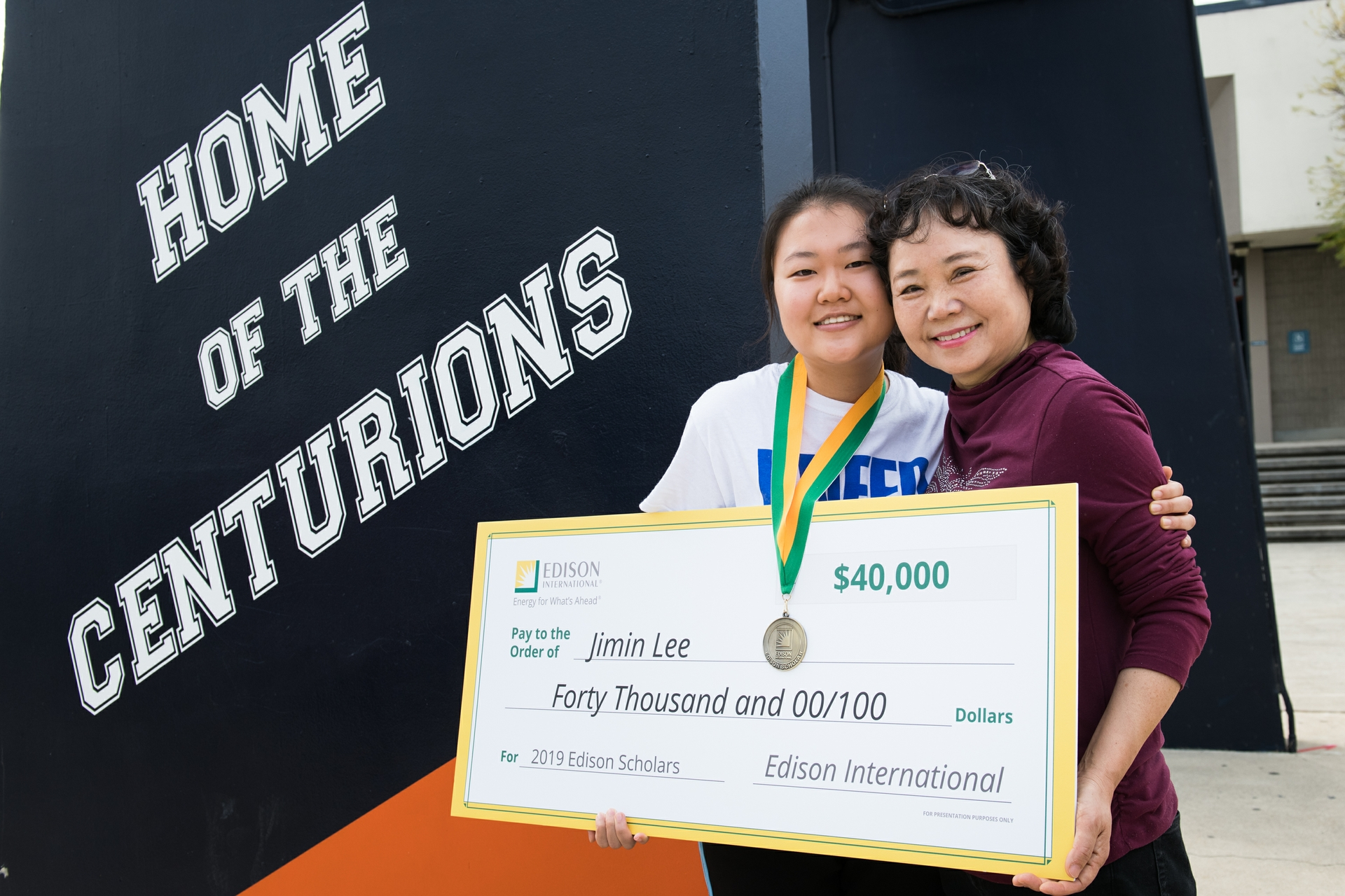 Jimin Lee, 2019 Edison Scholar, with her mom Soung Suk Lee.