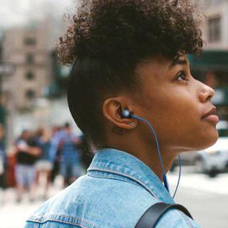 JBL LIVE 100 traz estilo e áudio poderoso para o dia a dia