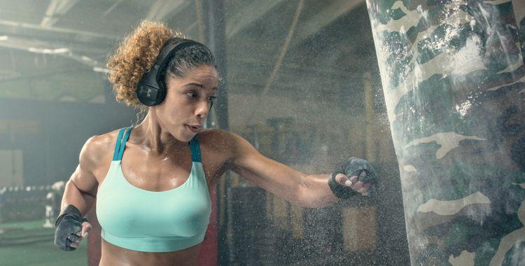 JBL UA Train é o fone de ouvido ideal para suportar a rotina de exercícios na academia