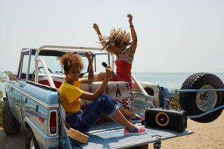 JBL PartyBox On-The-Go alia potência sonora e show de luzes em design compacto