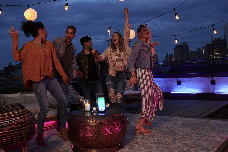 JBL Pulse 4 Rooftop Dancing 1