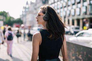 JBL Tune 750BT NC traz o som JBL PureBass em versão over-ear com Cancelamento de Ruído (NC)