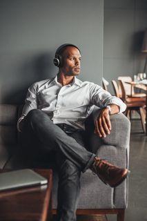 Harman Kardon_FLY ANC_Lifestyle Image_Lounge