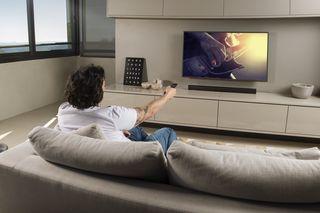 JBL Cinema SB110 chega com a proposta de ser uma soundbar compacta e poderosa