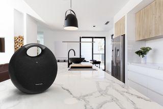 Harman Kardon Onyx Studio 6 leva sofisticação e som superior para qualquer ambiente