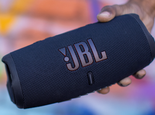 JBL_Charge_5_Lifestyle1_904x560px