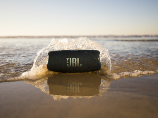 JBL_Charge_5_Lifestyle3_904x560px