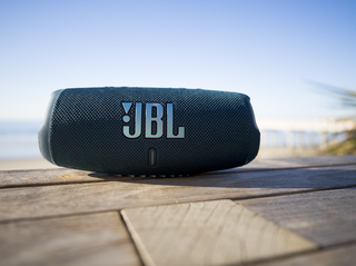 JBL_Charge_5_Lifestyle2_904x560px