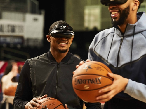 Bradley Beal & Anthony Davis using 5G-powered VR