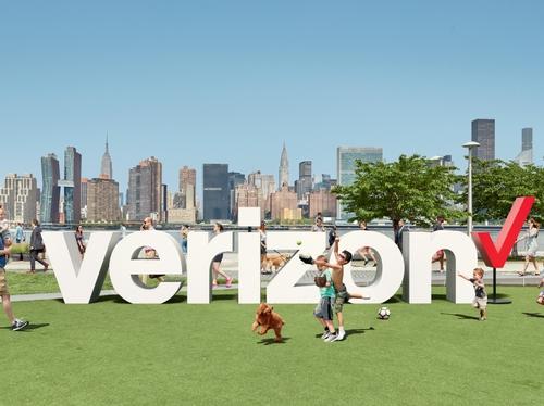 Verizon logo outdoors option 3