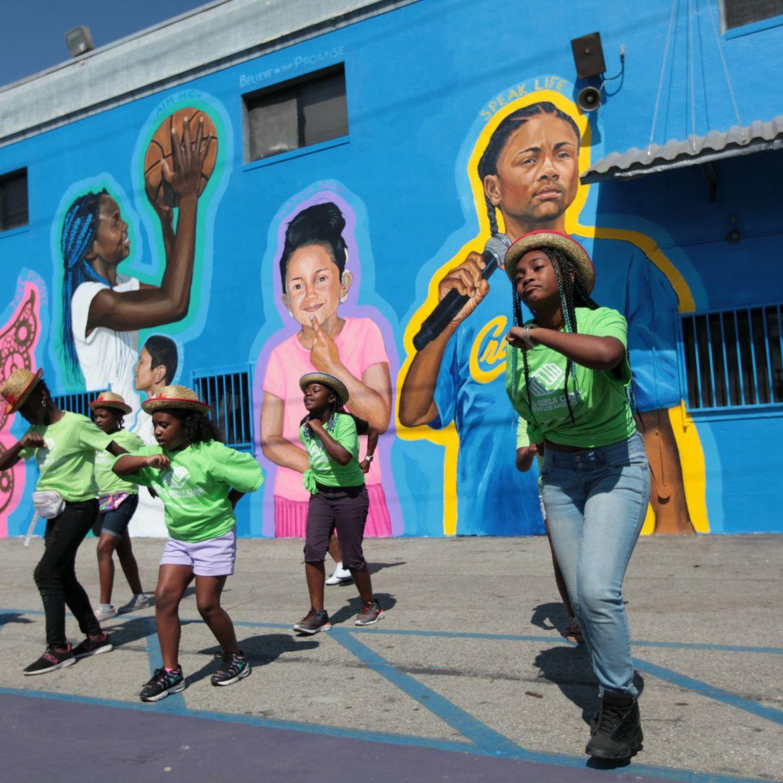 Como el cantante rapero inspira a Blue Shield, al artista Moses Ball y otros para crear un mural en el Sur de Los Ángeles
