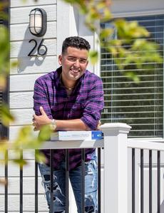 Estudiantes universitarios que sufren la falta de vivienda se mudan a casas pequeñas con la ayuda de Blue Shield of California y Project Homekey