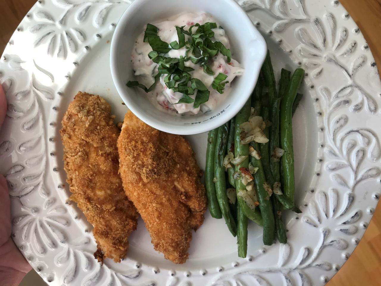"""Pollo en pedazos """"magro"""" con ejotes- habichuelas (verdes) y salsa de pimentón rojo y albahaca para acompañarlo."""