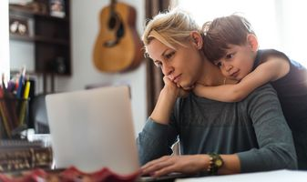 MotherAndSon_Laptop_Hug_iS-513435676-2_02