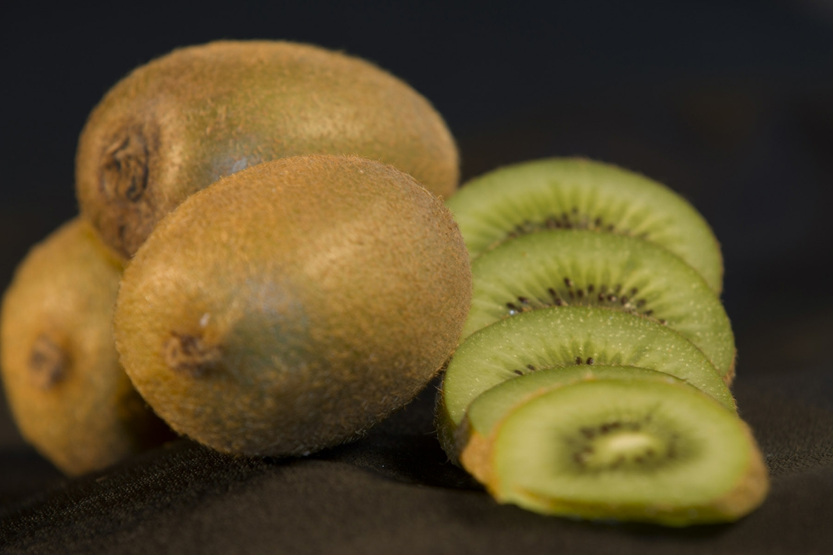 Kiwi - whole with slices