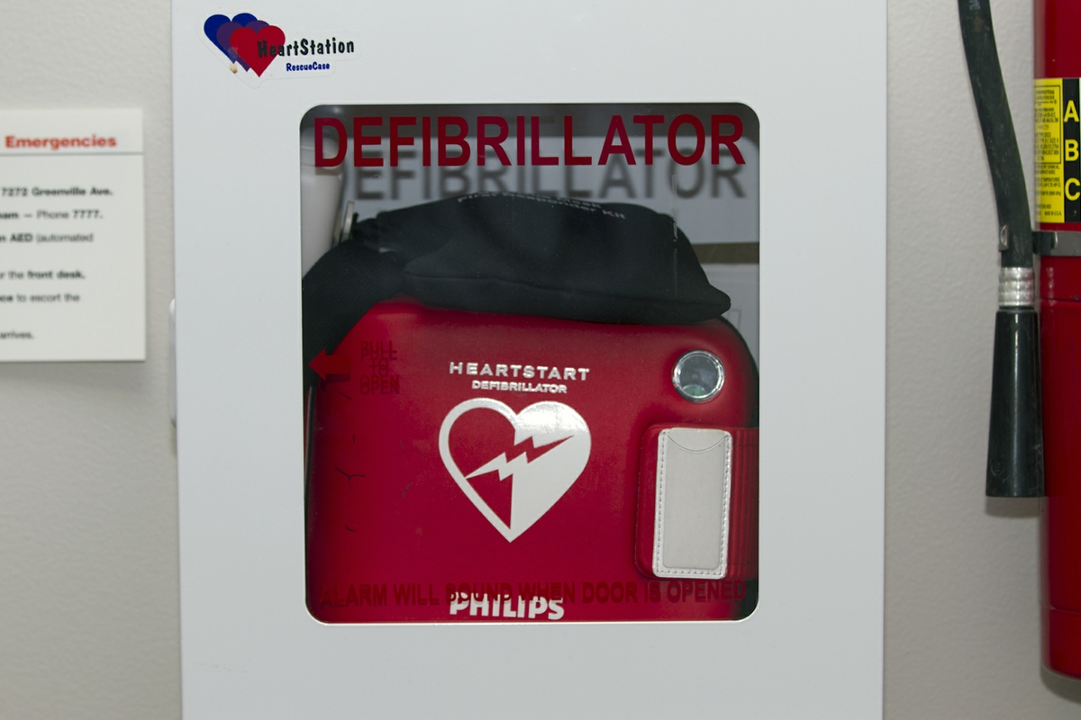 AED - Wall mounted close up Horizontal
