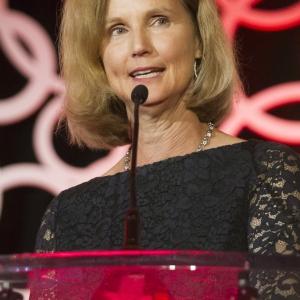 Donna Arnett accepts 2017 Gold Heart Award