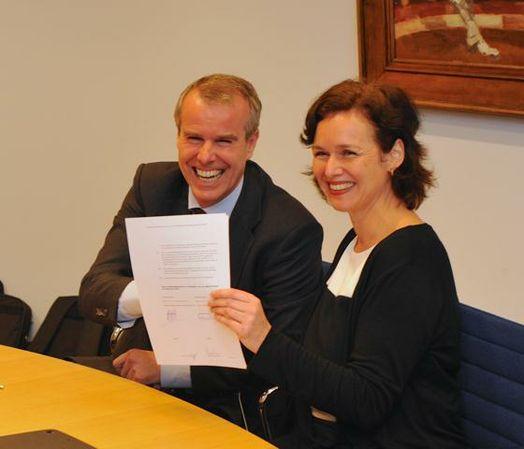 Mevrouw mr. drs. N.C. Stolk, en Rob Martens, contractondertekening