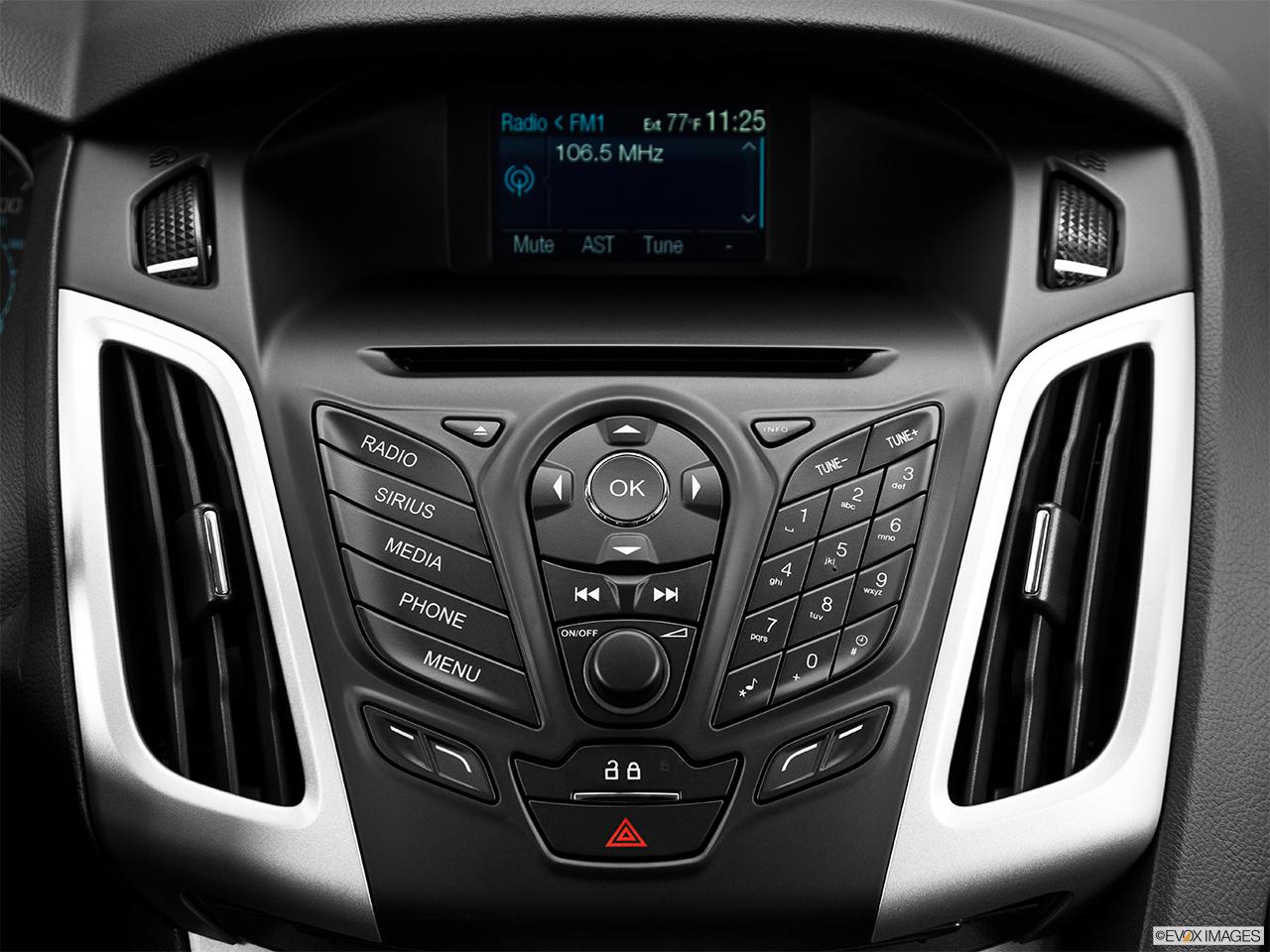 2015 ford focus 4dr sedan se closeup of radio head unit