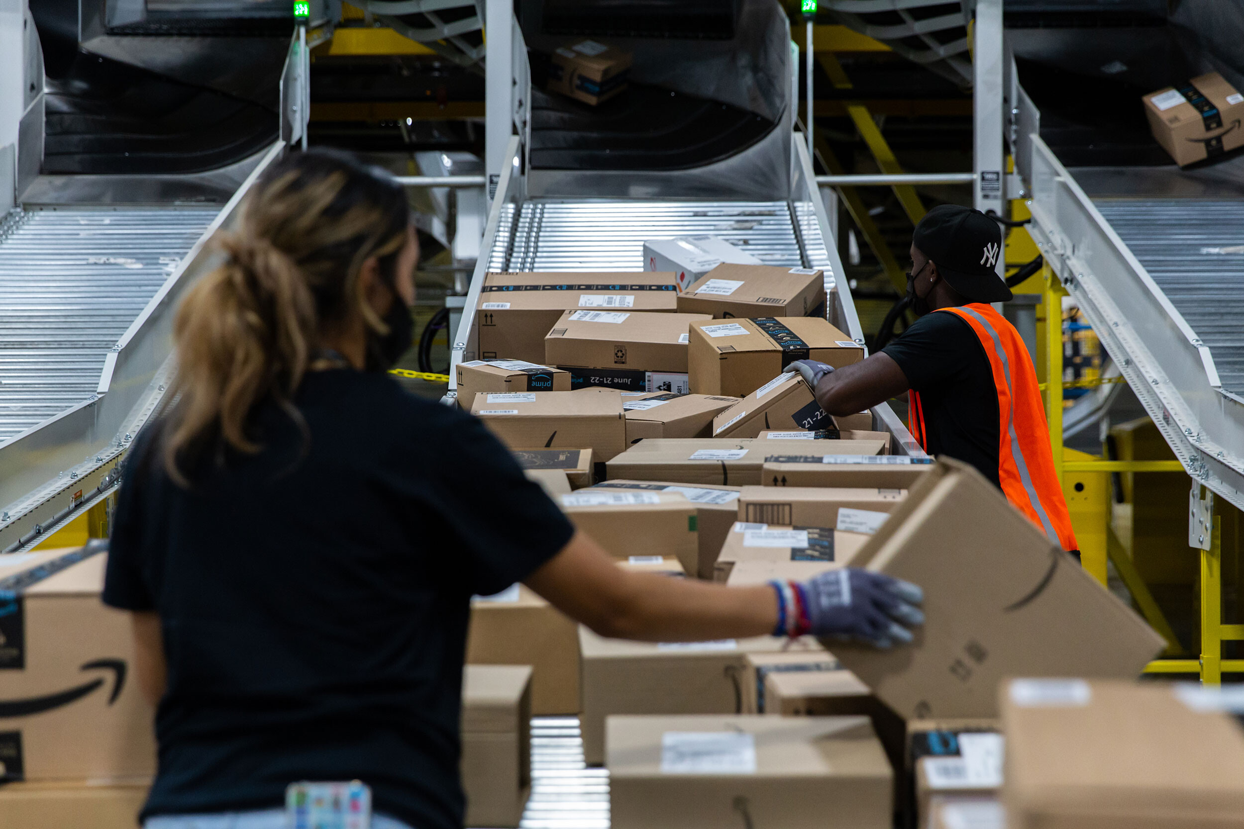 Amazon will hire 125,000 workers, dangling $3,000 bonuses for some jobs