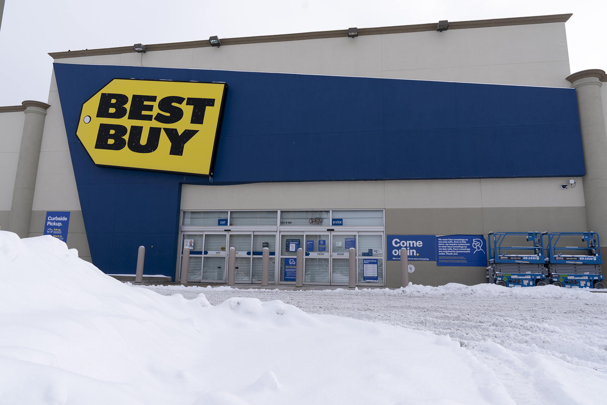 Best Buy just laid off 5,000 workers and will close more stores
