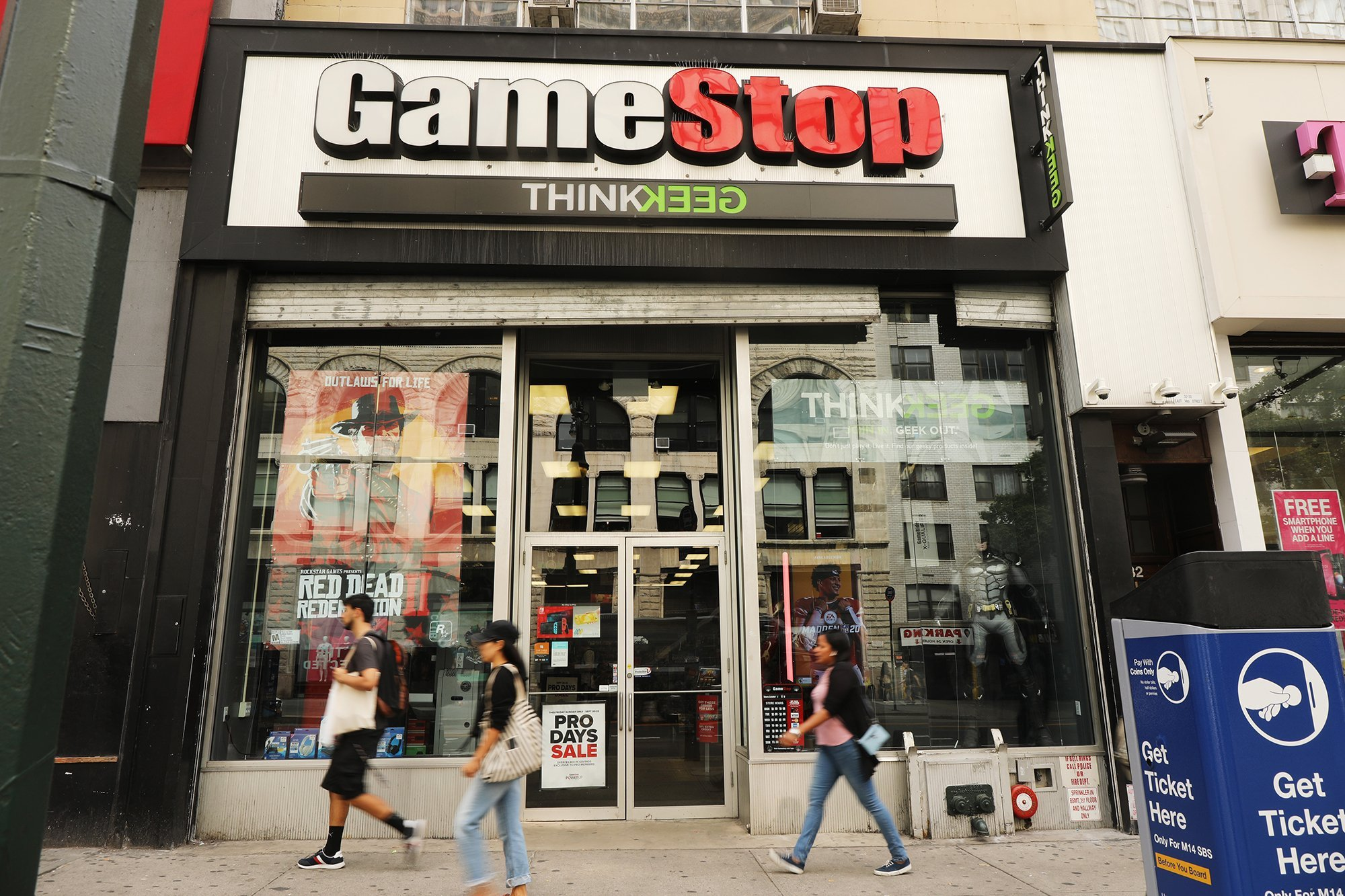 GameStop's rough year continues with more weak earnings